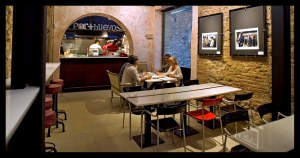 Sala de mesas en Mercat Princesa