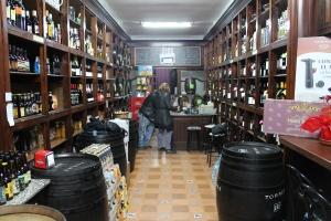Bidones, barra y vinos