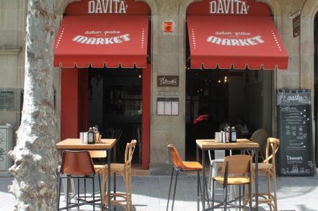 Mesas en la calle de Davita, en Rosselló