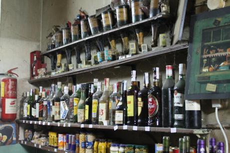 Vinos y licores a la venta en Bodega Esplugas