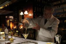 Hacer un dry martini en Dry Martini