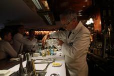 Paco García, elaborando un dry martini